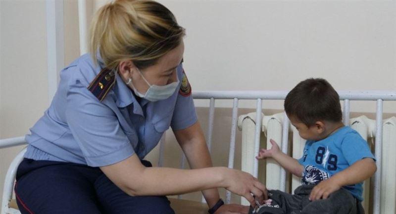 Разыскиваются родные двухлетнего малыша, которого оставили на улице в Петропавловске