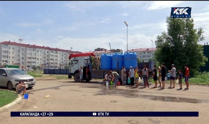 «А воды нет»: очереди с ведрами и баклажками выстраиваются в Уральске