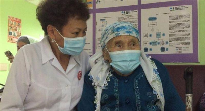 99-летняя алматинка привилась от коронавируса