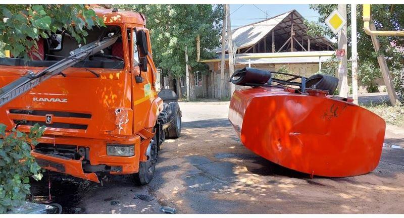 КамАЗ-дың су толған цистернасы жұлынып кеткен: Алматыда жол апаты болды
