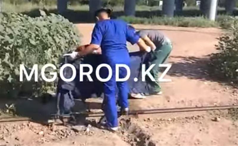 В Уральске попавший под поезд мужчина остался без ноги