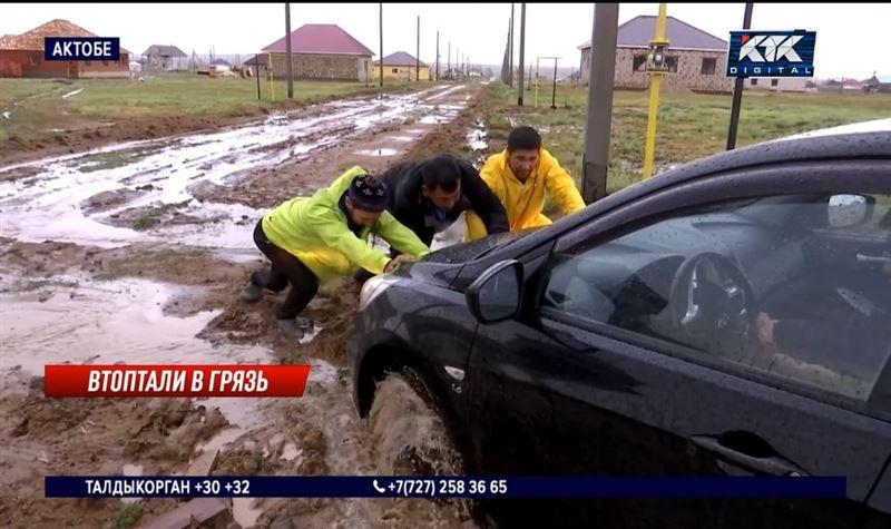 Поселок близ Актобе утонул в грязи после ливней