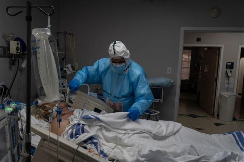 Врач из США рассказала о мольбах умирающих пациентов c COVID-19 привить их