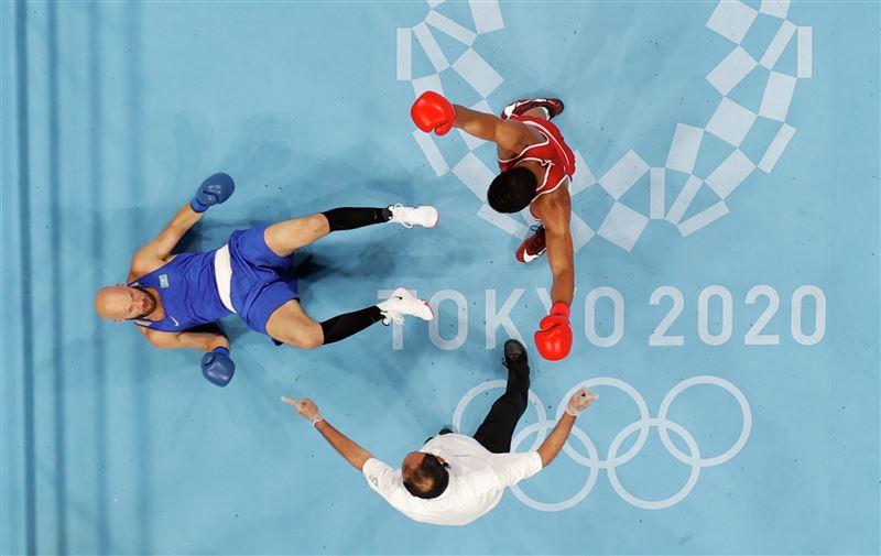 Казахстанского боксера нокаутировали на Олимпиаде в Токио