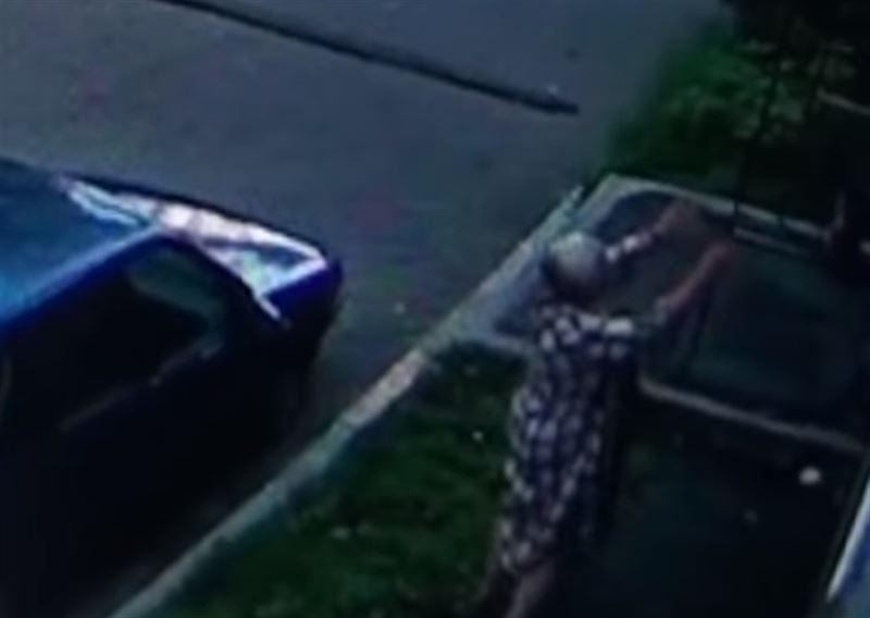Женщина поймала ребенка, который выпал из окна