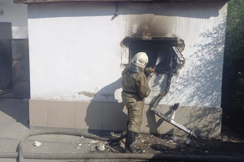 В ВКО пожарные вынесли из горящего магазина 6 газовых баллонов