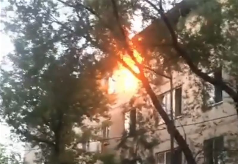 Мужчина выпрыгнул из окна горящей квартиры в Алматы