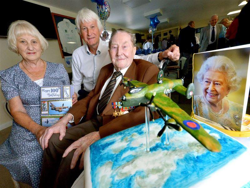 100-летний мужчина счел вредные привычки секретом своего долголетия