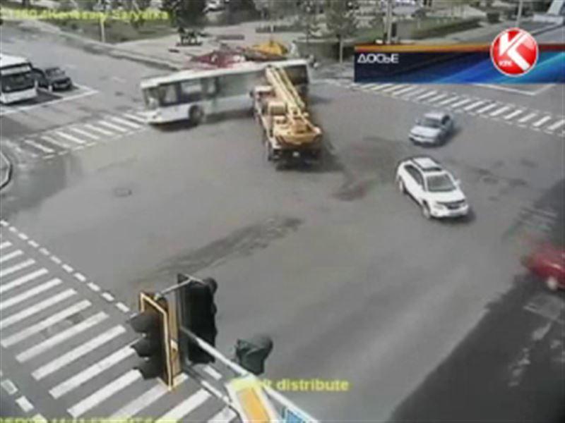 Водителя автокрана, который протаранил пассажирский автобус, приговорили к 8 годам