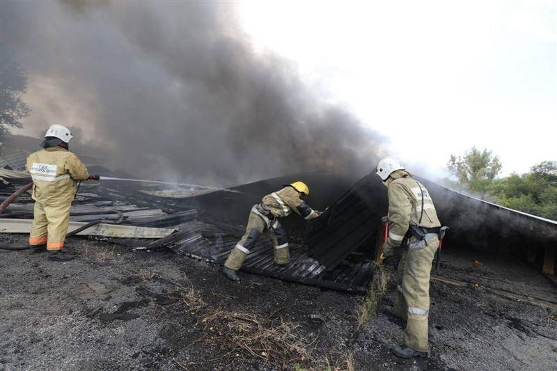 Крупный пожар произошел на складах в Алматы