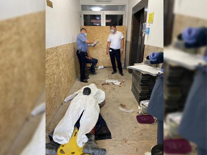 Рабочие провалились в шахту лифта в Атырау: один скончался на месте