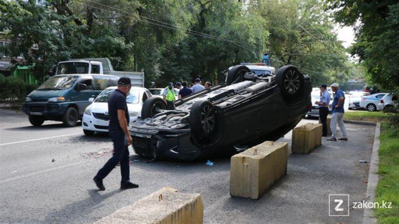 Lexus на крыше: массовое ДТП произошло в центре Алматы