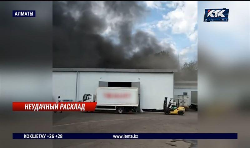 В Алматы горел крупный склад с продуктами и одеждой