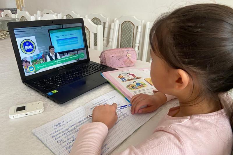 Семейде қызына оқуға берілген ноутбукты сатып жіберген әйел сотталды