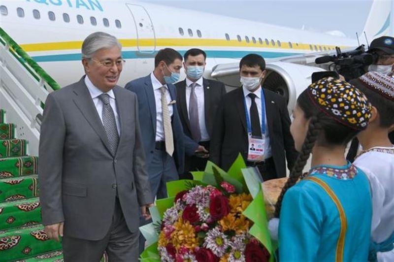 Президент Токаев прибыл в Туркменистан с рабочим визитом