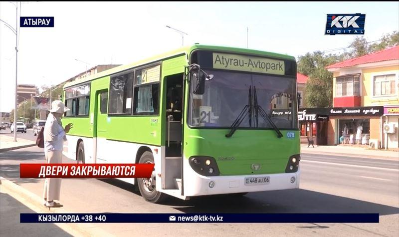 «Никто в автобус не пускает»: пассажиры в Атырау недовольны введением Ashyq