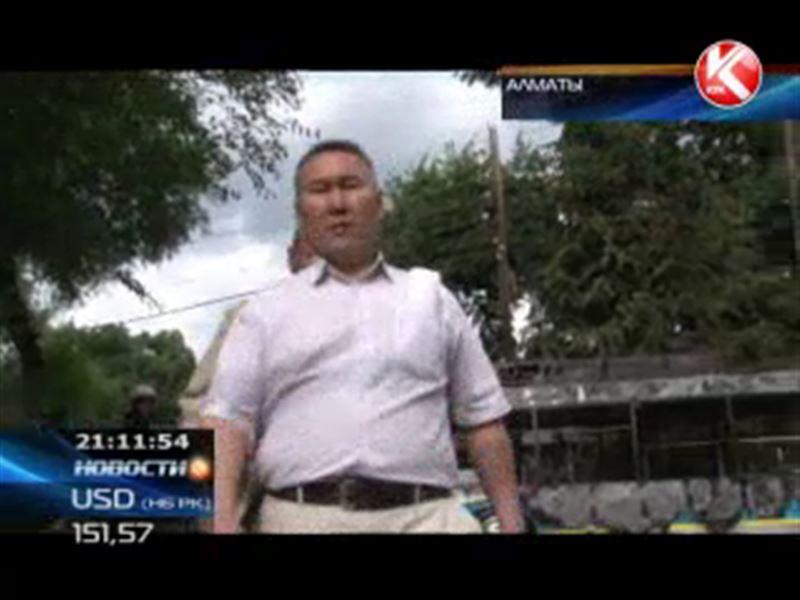В Алматы напали на журналиста и разбили его камеру