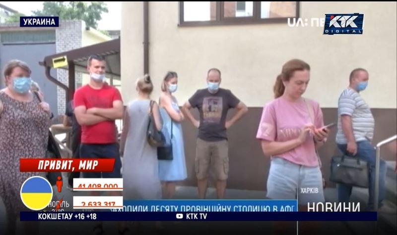 Украинцы стоят в очередях за вакциной от Pfizer