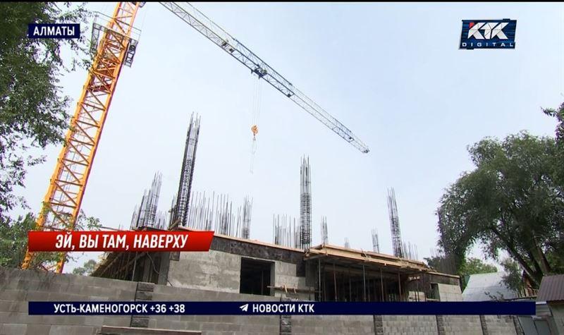 Алматинцы жалуются на башенный кран, переносящий плиты над их двором