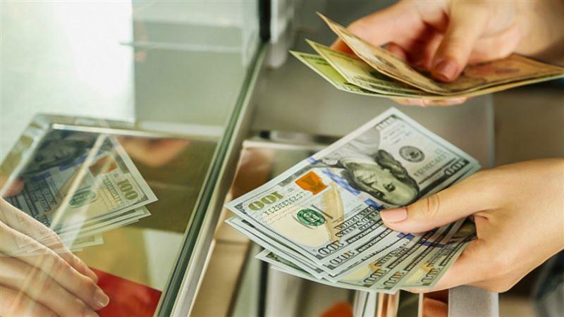 Доллар подешевел в обменниках Казахстана