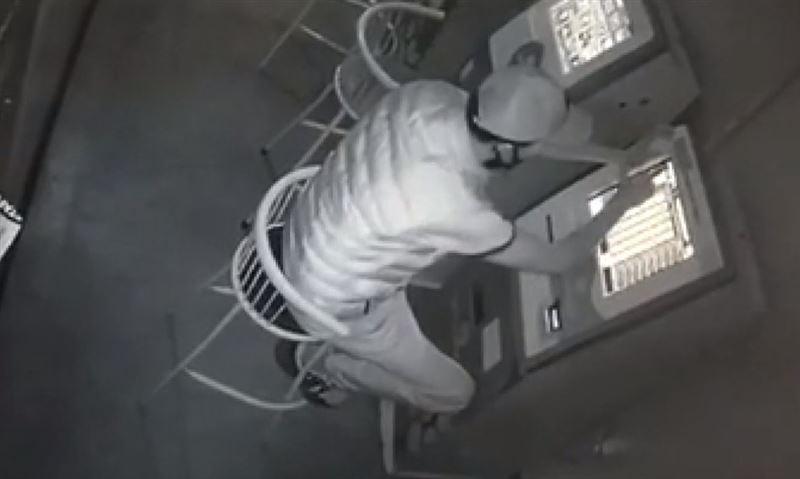 В объектив камер видеонаблюдения попал момент кражи денег с игровых терминалов