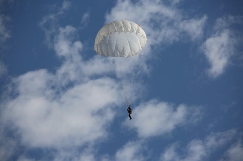 Военнослужащий погиб во время тренировочных прыжков с парашютом в Алматинской области