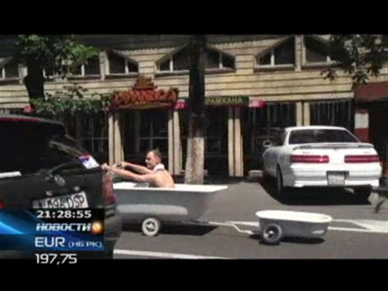 Алматинец разъезжал по городу в ванне на колесах