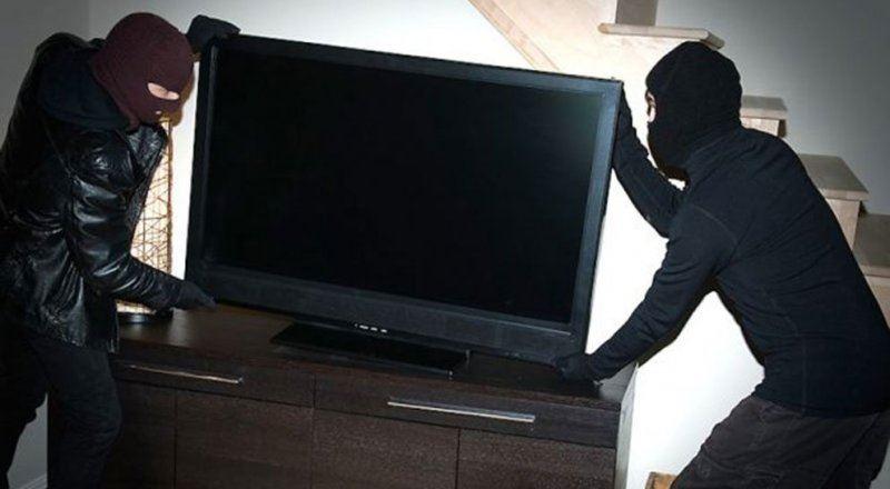 Сняв посуточно квартиру, двое мужчин вынесли телевизор и сдали его в ломбард