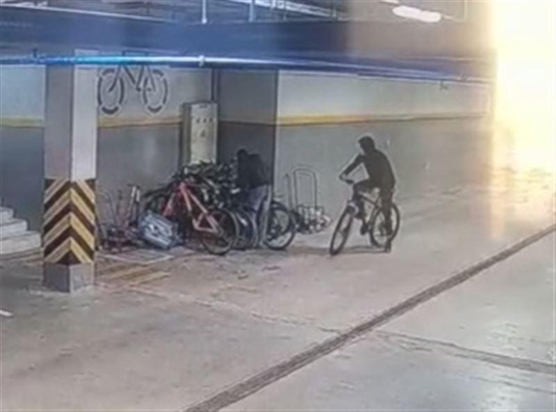 Двое парней похитили велосипеды на паркингах жилых домов