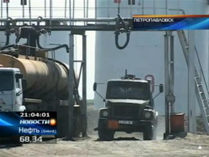 В Петропавловске из-за резкого подорожания российского бензина на отечественных заправках впервые за 15 лет небывалые очереди