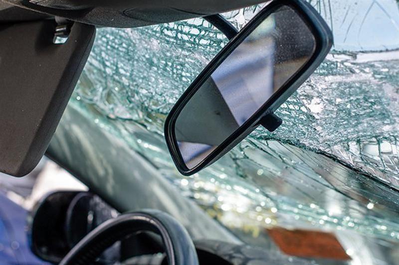 В Алматы легковушка врезалась в дерево, погиб пассажир