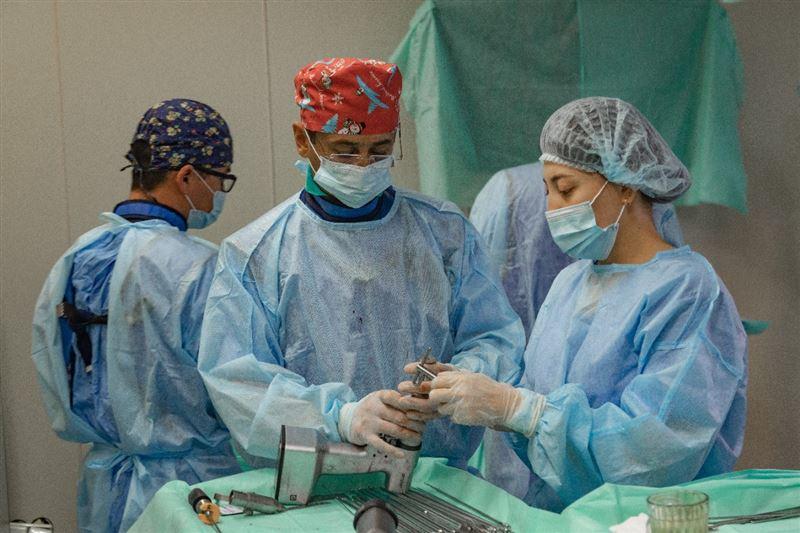 Врачи Нур-Султана провели уникальную операцию «хрустальным» детям