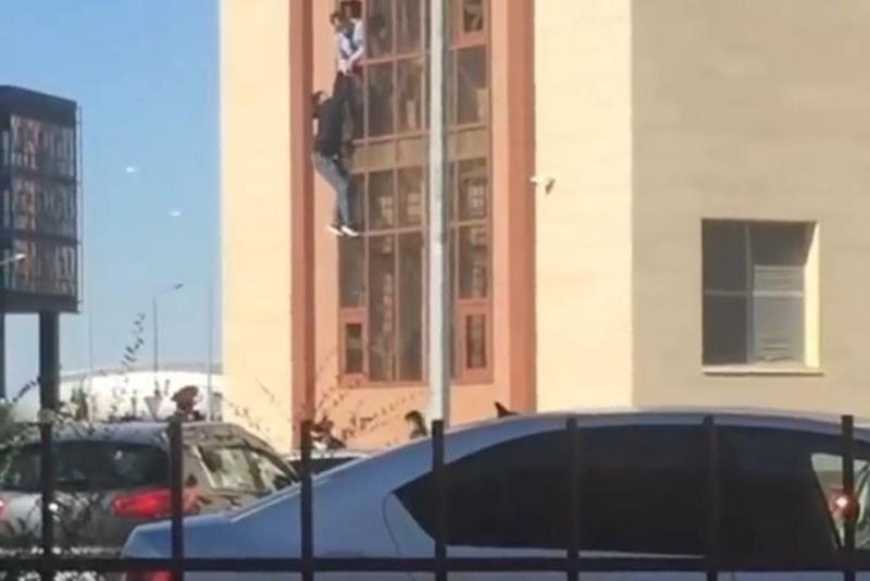Задержанный астанчанин пытался сбежать из отделения полиции через окно