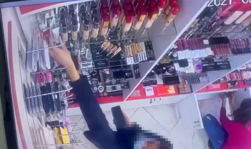 Воровка косметики попала на видео в Нур-Султане
