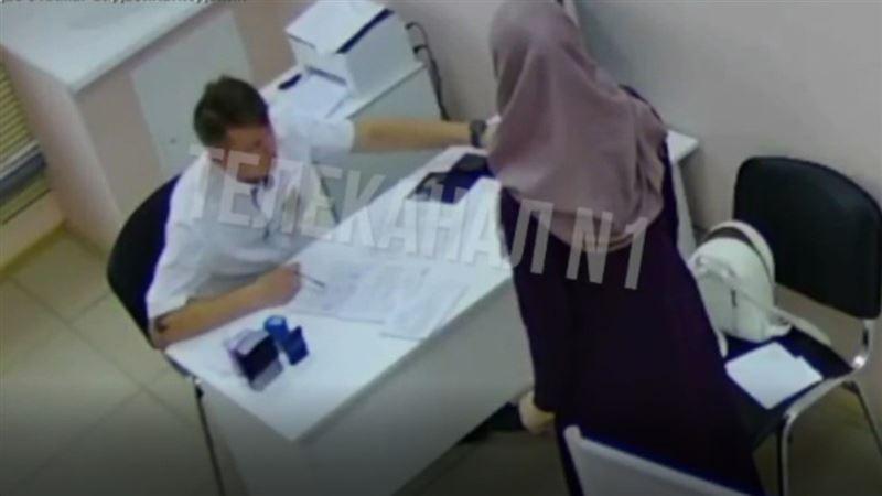 Күйеуі хиджаб киген әйелін тексерген дәрігерді соққыға жықты