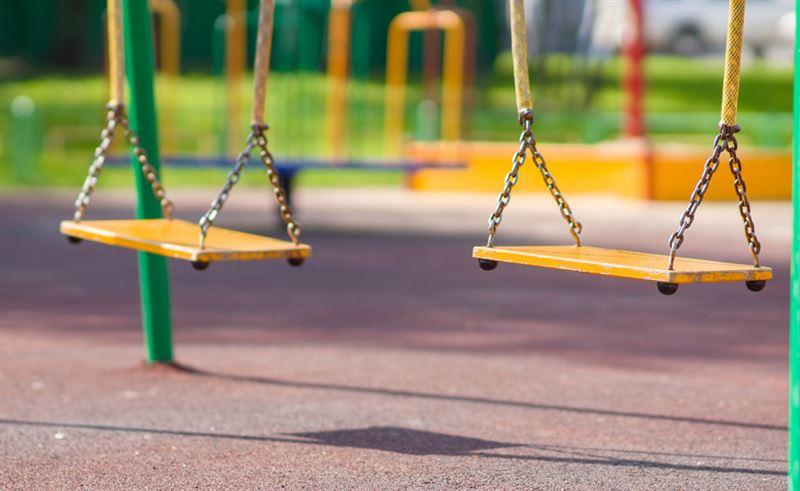 Ребенок едва не повесился на детской площадке в Уральске