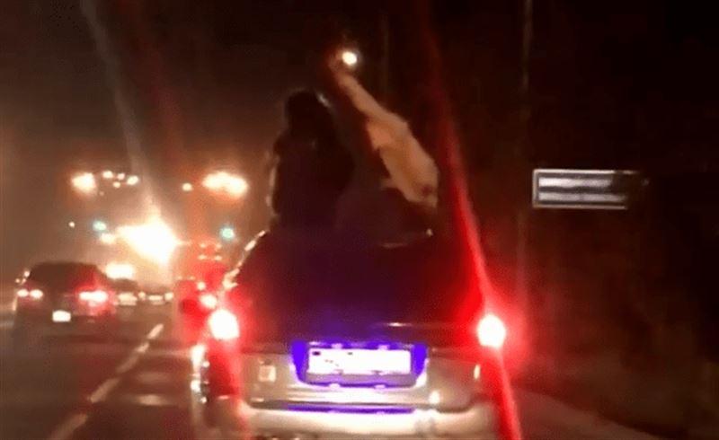 В Алматы водитель прокатил девушек на крыше своего внедорожника
