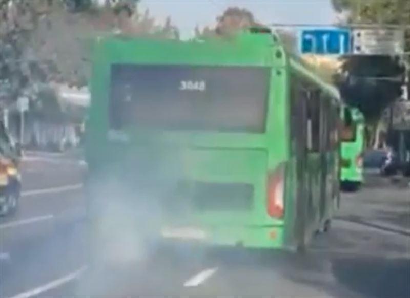 В Алматы водителя автобуса наказали за грязный выхлоп
