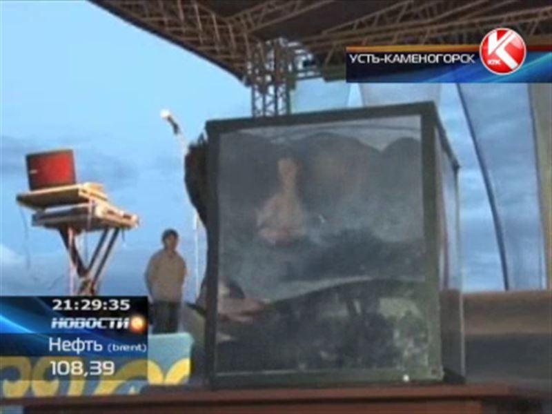 Житель Усть-Каменогорска залез ради рекорда в стеклянную коробку