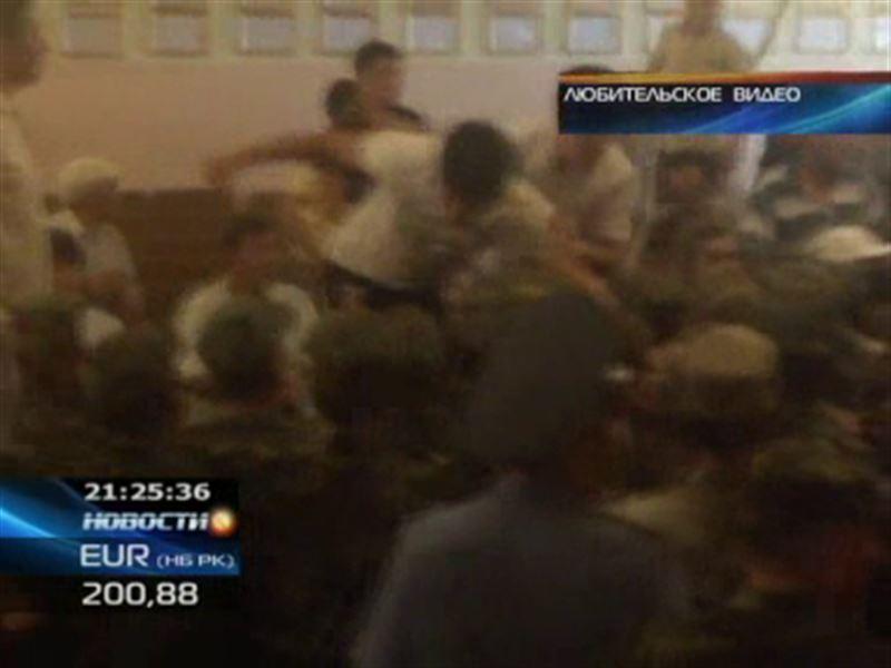 В Бишкеке в суде на конвоиров напали более 80 человек