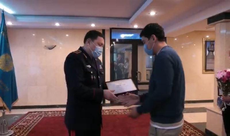Прохожие спасли человека в Нур-Султане