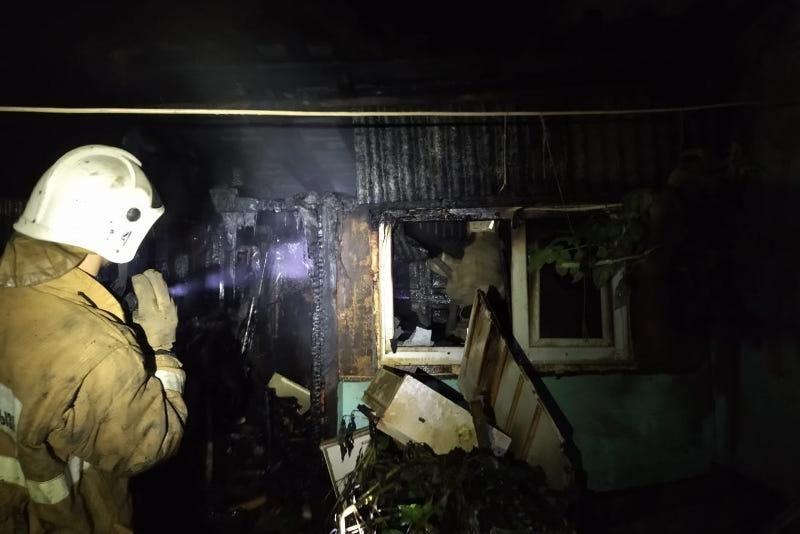 Десять человек эвакуировали при пожаре из жилого дома карагандинские спасатели