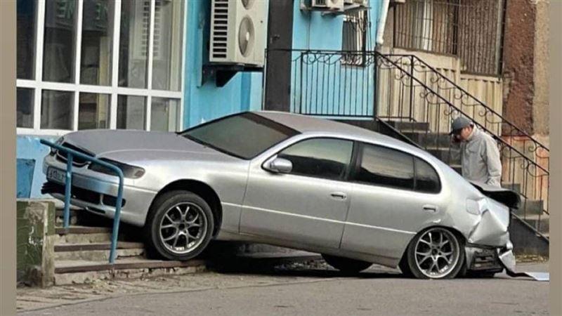 В результате ДТП автомобиль оказался на крыльце магазина в Павлодаре