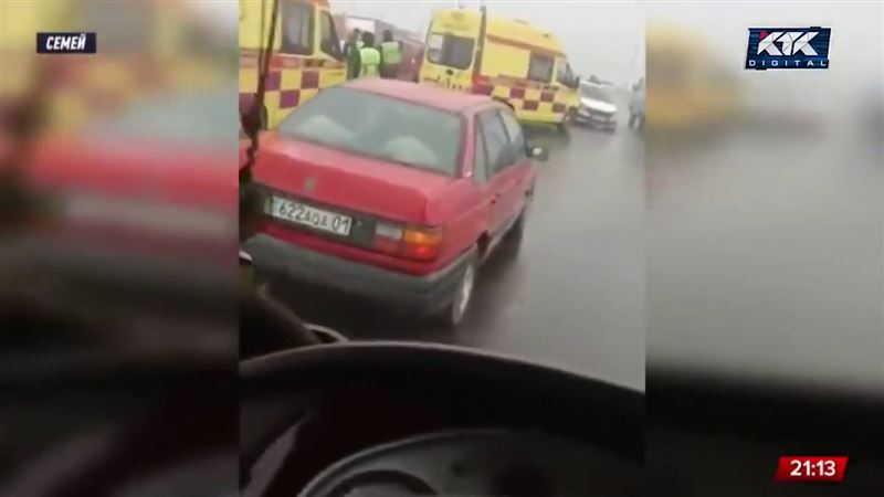 В Семее столкнулись сразу 6 авто