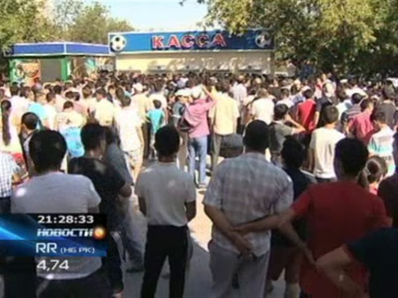 В Актобе футбольные болельщики к кассам пробиваются на кулаках
