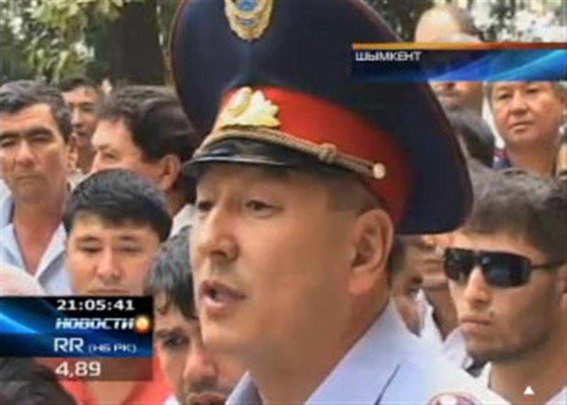В Шымкенте сотни человек штурмуют офис турфирмы, обещавшей отправить их на высокооплачиваемую работу за рубеж