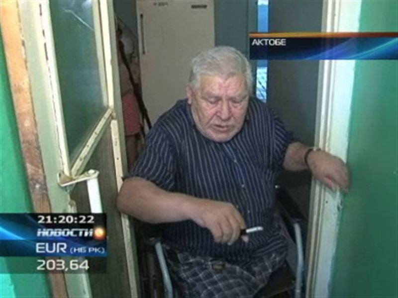 В Актобе 77-летний инвалид уже три года не может выйти на улицу