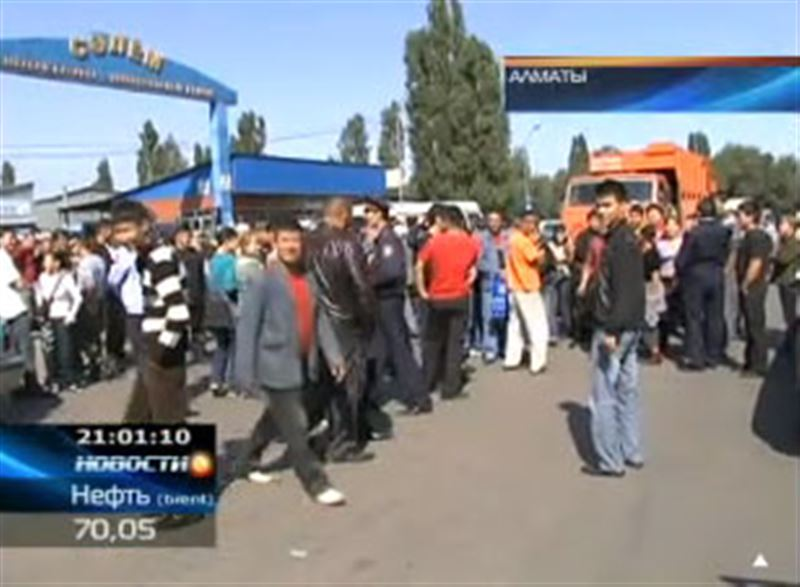 В Алматы рыночные торговцы перекрыли движение на одной из оживлённых улиц города