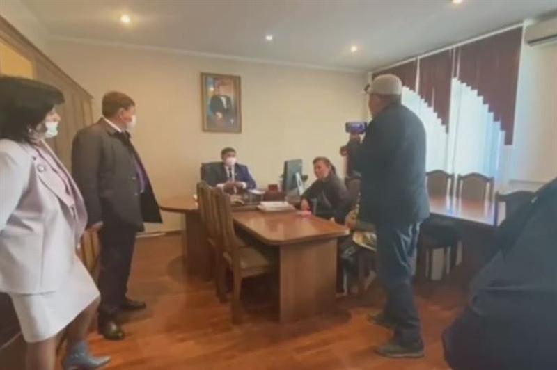 Потасовка в кабинете замакима попала на видео в Алматинской области