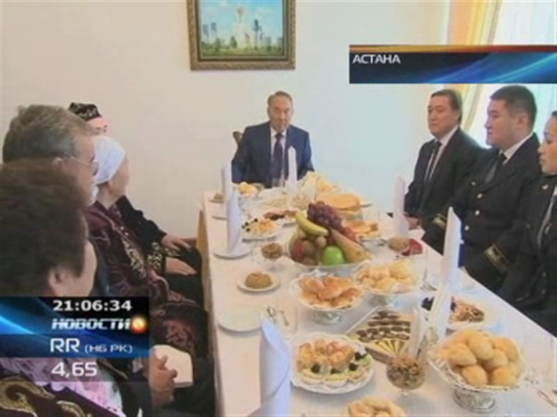 Президент Казахстана вручил железнодорожникам ключи от новеньких квартир
